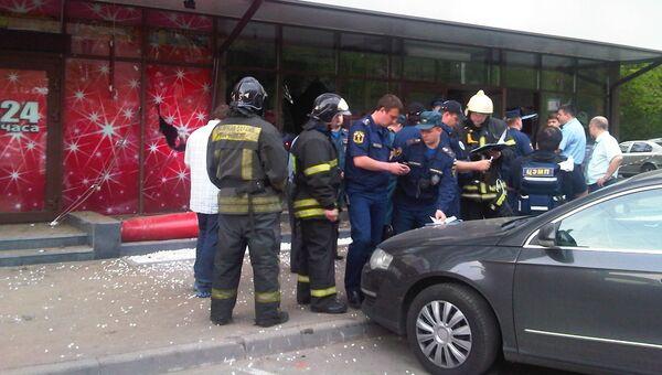 Сотрудники МЧС работают на месте взрыва в кафе в Москве