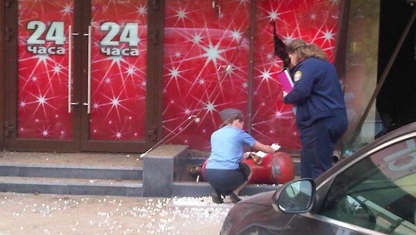 Сотрудники полиции и МЧС работают на месте взрыва в кафе в Москве