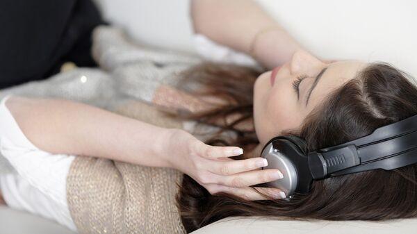 Девушка слушает музыку, архивное фото