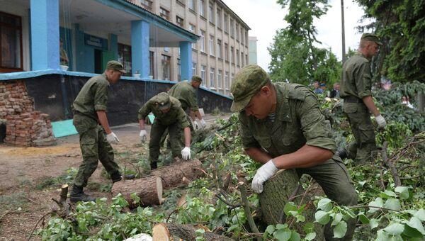 Военнослужащие ликвидируют последствия урагана в городе Ефремов Тульской области