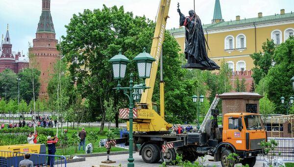 Установка монумента Патриарху Гермогену в Александровском саду