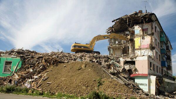 Демонтаж аварийного жилья после землетрясения в Невельске