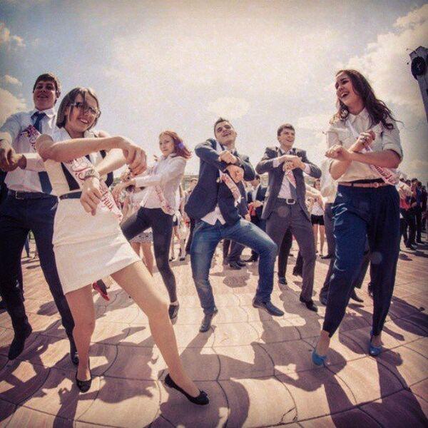Выпускники танцуют на параде в честь последнего звонка в Магнитогорске