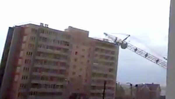 Очевидец зафиксировал момент падения башенного крана на жилой дом в Кирове