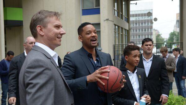 Американский актер Уилл Смит и его 14-летний сын Джейден в агентстве РИА Новости