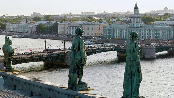Вид на Дворцовый мост. Санкт-Петербург. Архивное фото