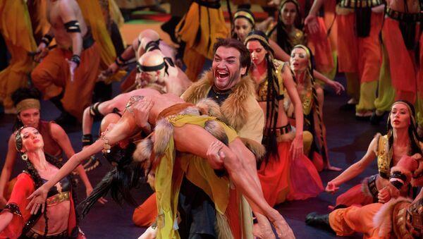 Солист оперной труппы Валерий Гильманов в роли хана Кончака на репетиции оперы Александра Бородина Князь Игорь
