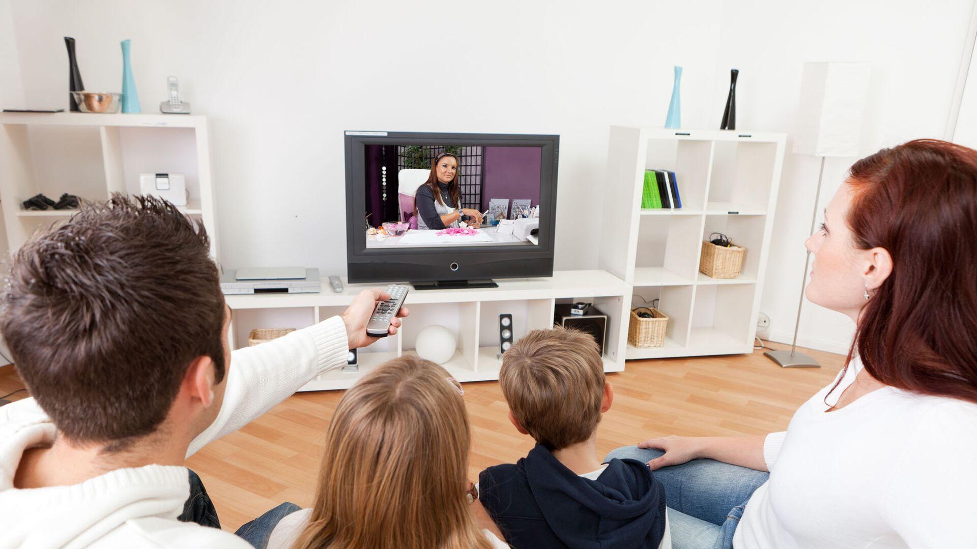Молодая семья смотрит телевизор  - РИА Новости, 1920, 18.09.2020