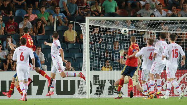 Нападающий молодежной сборной Испании Альваро Мората (второй слева) забивает гол в ворота России