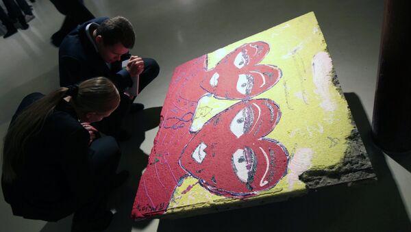 На выставке Берлинская стена в Москве. Архив