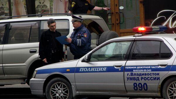 Инспектор ДПС во Владивостоке проверяет документы на автомобиль. Архивное фото