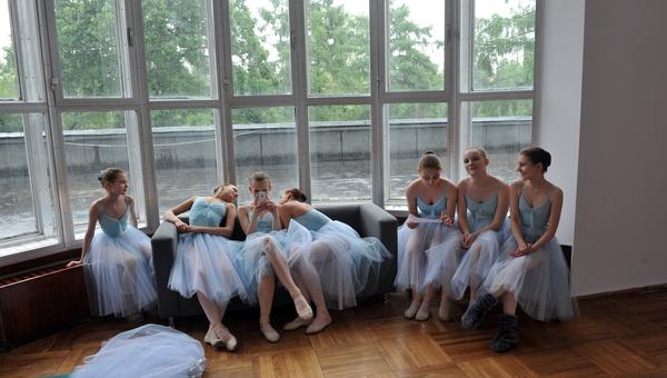 Балерины перед выступлением. Архивное фото