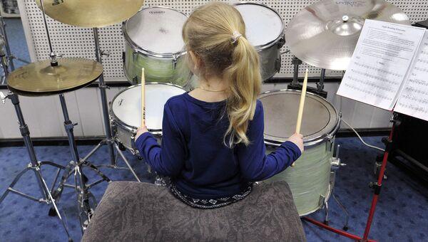 Девочка играет на ударных