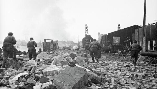 Советские солдаты штурмуют окраину города Гумбиннена. Архив