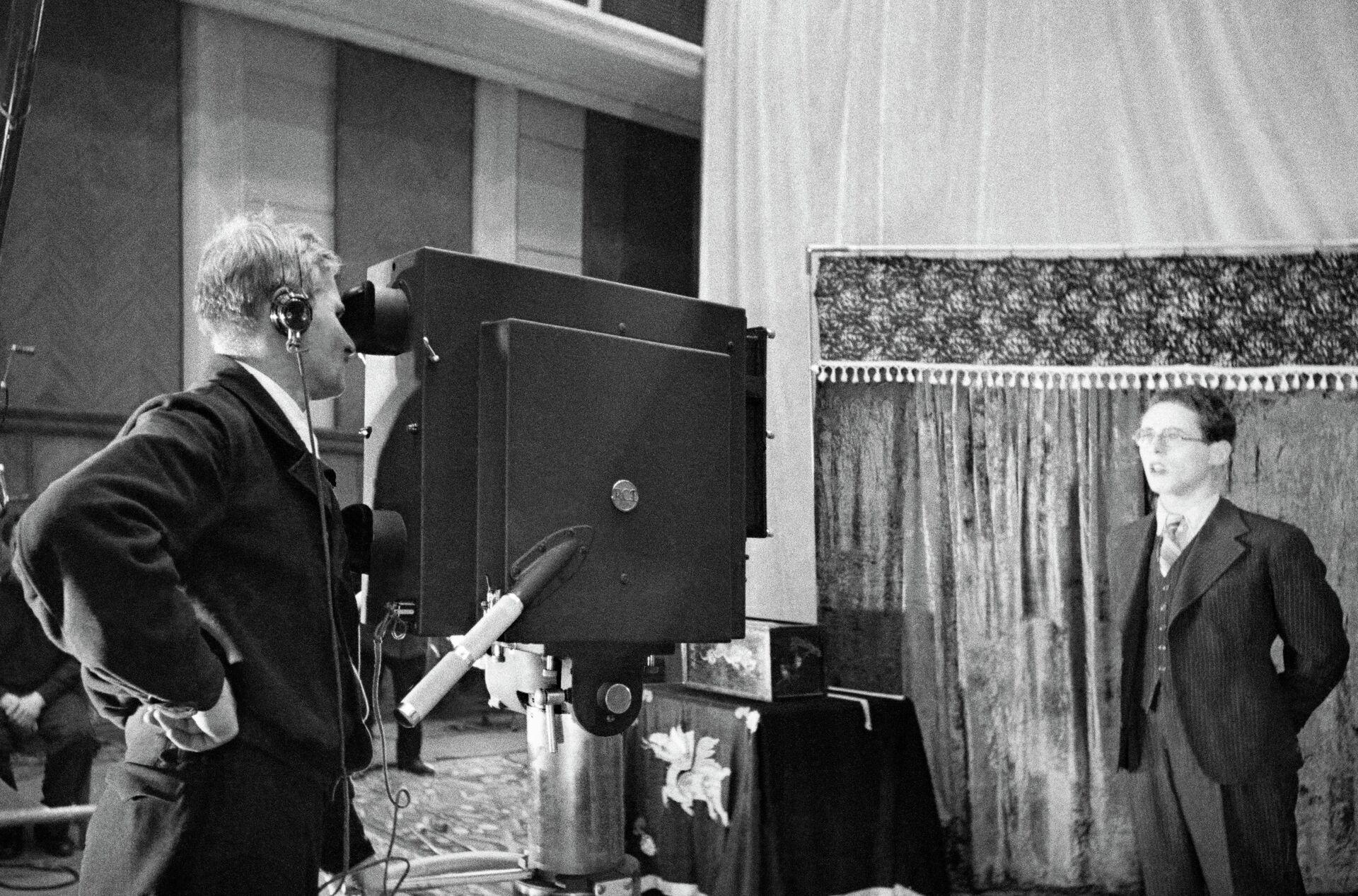 Диктор Юрий Левитан во время съемок в студии - РИА Новости, 1920, 26.01.2021