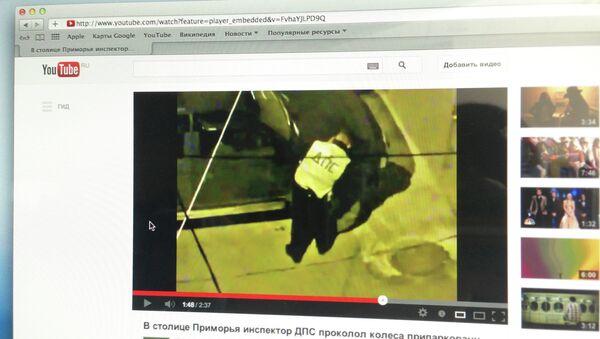 Видео очевидца, на котором люди в форме ДПС прокалывают колеса