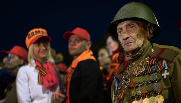 Ветеран Великой Отечественной войны Лев Гицевич у Вечного Огня во время акции Вахта памяти в Москве
