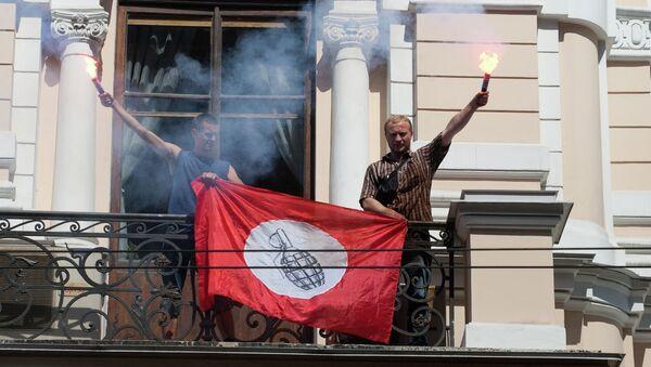 Члены партии Другая Россия на балконе  здания УФМС во время акции  против нелегальной миграции
