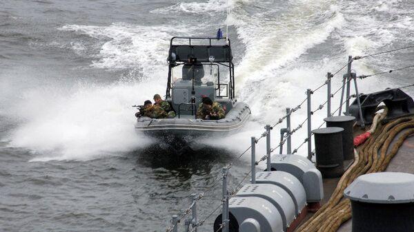 Быстроходный катер Балтийского флота идет на выручку захваченному пиратами судну