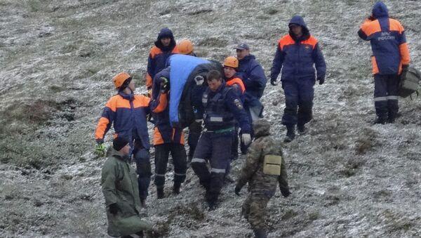 Эвакуация постадавших во время крушения вертолета Ми-8 в Якутии