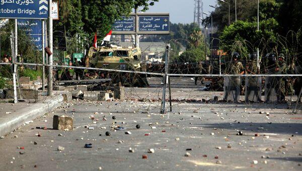 Солдаты возле штаб-квартиры Республиканской гвардии в Каире