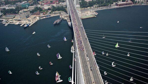 Флэшмоб Я люблю Владивосток на мосту через бухту Золотой Рог