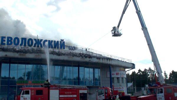 Пожарные боролись с огнем на крыше торгового центра во Всеволожске