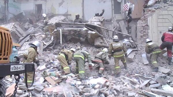 Спасатели разобрали груду кирпичей на месте рухнувшей стены дома в Барнауле