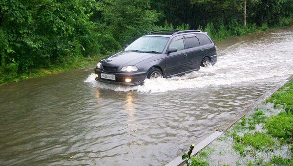 Подтопленный участок дороги в районе станции Спутник во Владивостоке