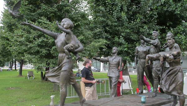 Подготовка к открытию памятника В.И.Мухиной Требуем мира