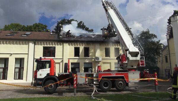 Офисное здание горит в центре Риги