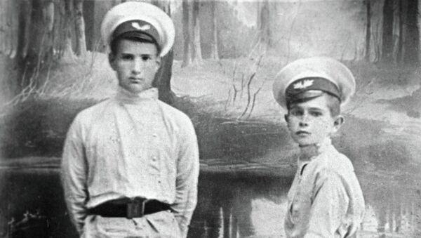 И. В. Курчатов (слева) со своим товарищем по гимназии. Архивное фото