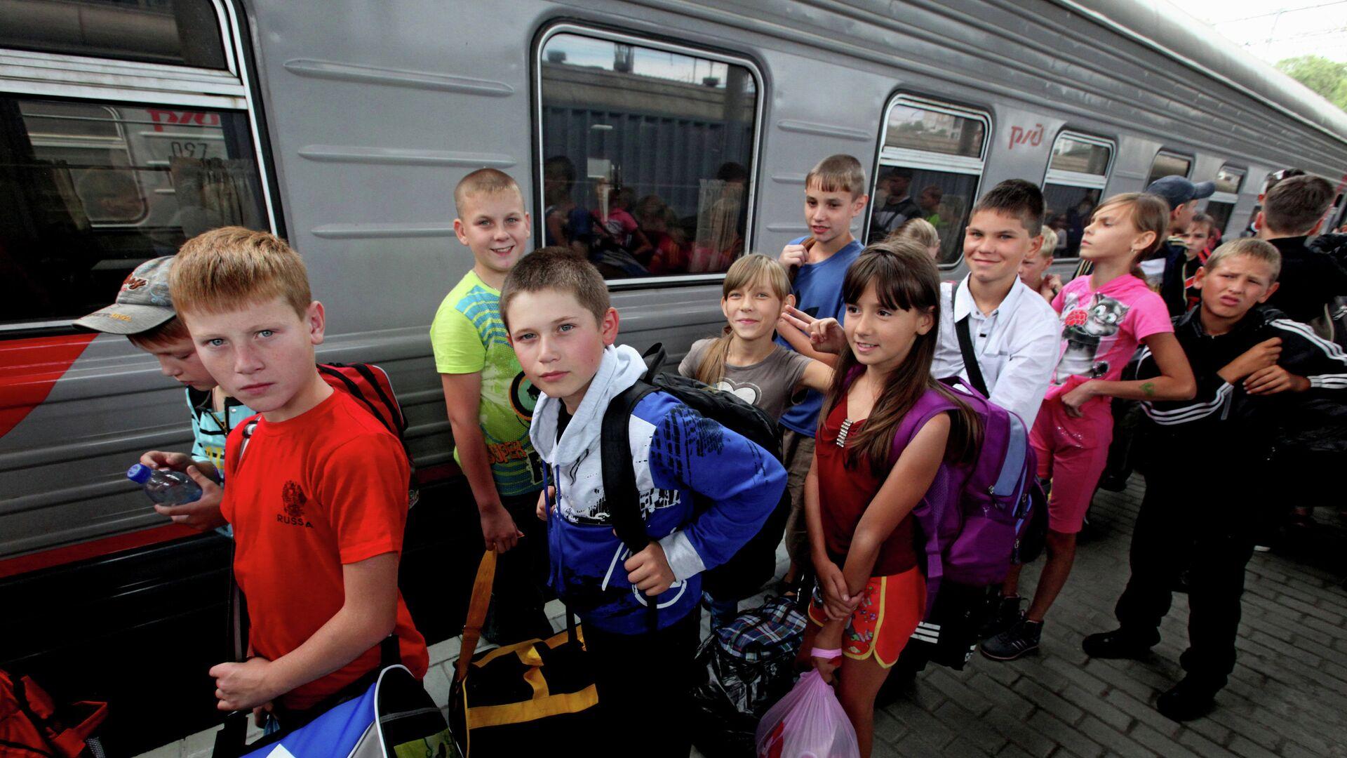 Дети из Амурской области прибыли на отдых во Владивосток - РИА Новости, 1920, 27.04.2021