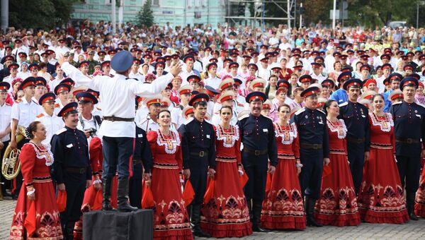 Сводный казачий хор в составе более 3,5 тысячи человек в Новочеркасске