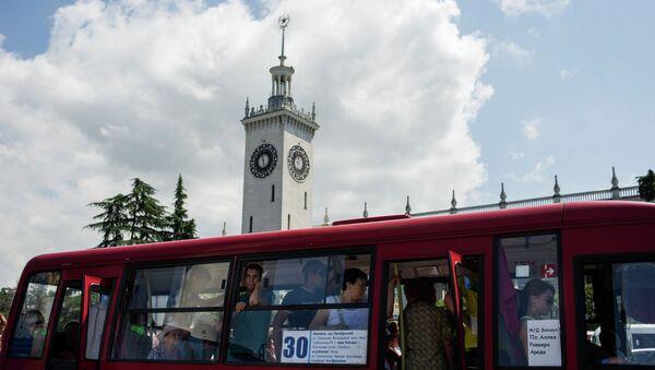 Автобус у железнодорожного вокзала города Сочи. Архивное фото