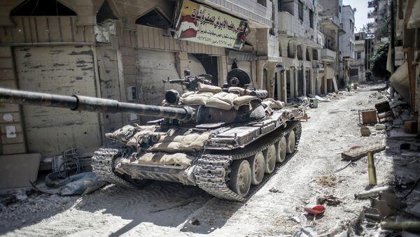 Танк на одной из улиц Хомса. Архивное фото