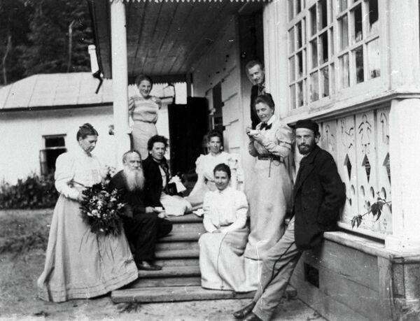 Русский писатель Лев Николаевич Толстой в день своего рождения в Ясной Поляне, 28 августа (9 сентября) 1898 года