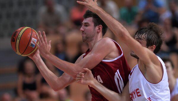 Защитник России Сергей Карасев и защитник сборной Турции Биркан Батюк (слева направо)