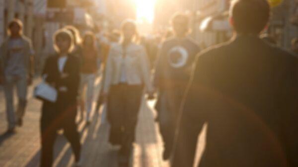 Люди гуляют по улице города