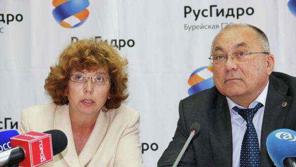 Директор Бурейской ГЭС Александр Гаркин и специалист по связям со СМИ Бурейской ГЭС  Ирина Коренюк