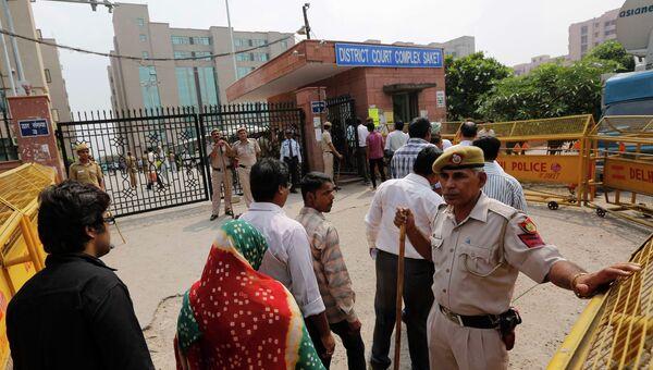 Возле здания суда в Нью-Дели, где проходит суд по делу об изнасиловании студентки