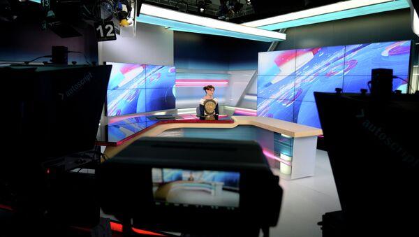 В новостной эфирной студии комплекса телеканала Общественное телевидение России (ОТР). Архивное фото