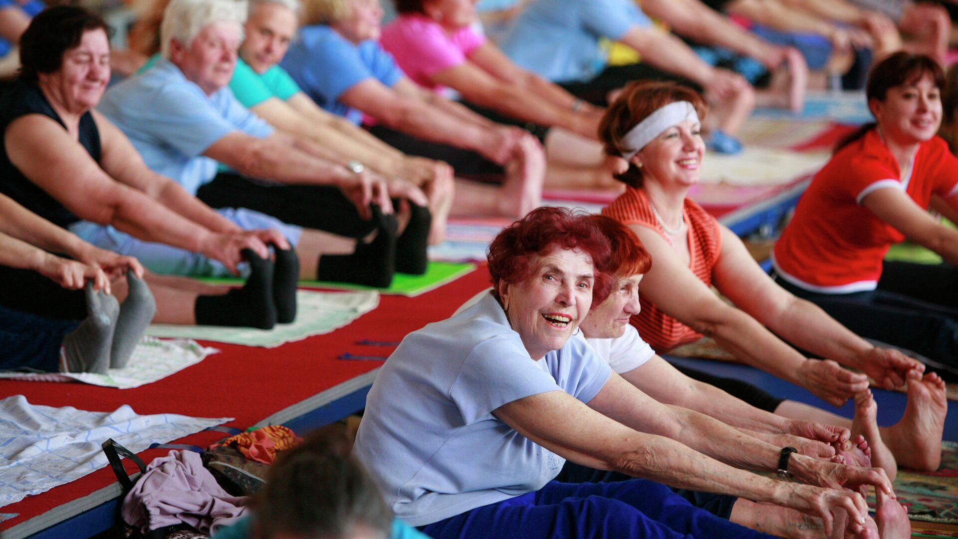 Люди пожилого возраста занимаются хатха-йогой в академии здорового образа жизни в Ставрополе - РИА Новости, 1920, 09.10.2020