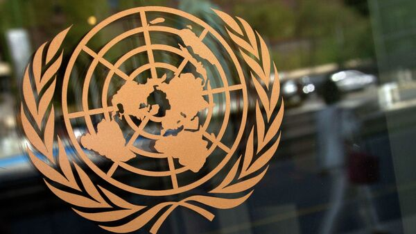 Логотип ООН на здании штаб-квартиры в Нью-Йорке, архивное фото