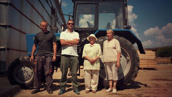 Алексей Иванов (второй слева) нашел общий язык с фермерами Егорьевского района