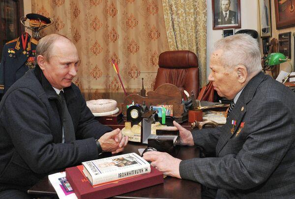 Президент России Владимир Путин и конструктор-оружейник Михаил Калашников во время встречи в Ижевске