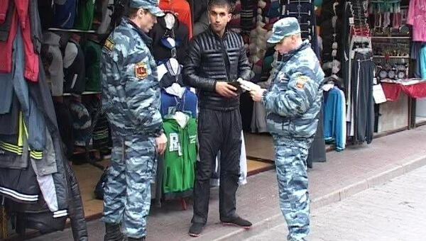 Рейд правоохранителей на оптовой базе в районе Сенной площади в Петербурге. Фото с места события