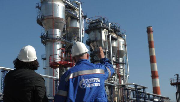 Сотрудники нефтеперерабатывающего завода ОАО Газпром нефть. Архивное фото