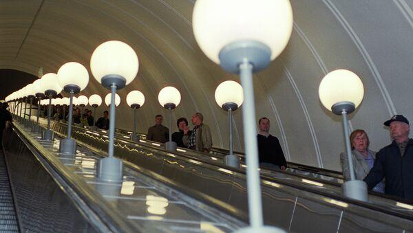 Пассажиры едут по эскалатору метро. Архив