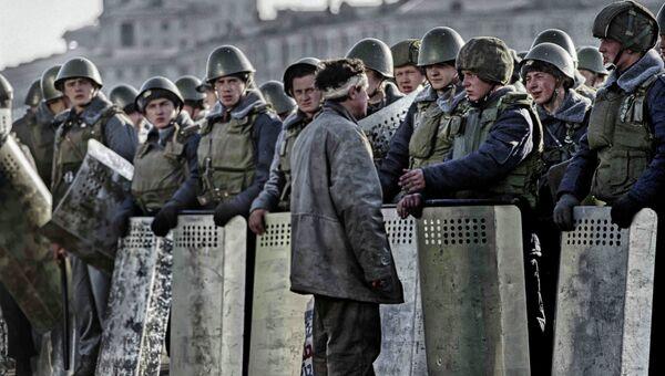 Блокирование Дома Советов РФ внутренними войсками МВД РФ во время Конституционного кризиса 1993 года. Архивное фото